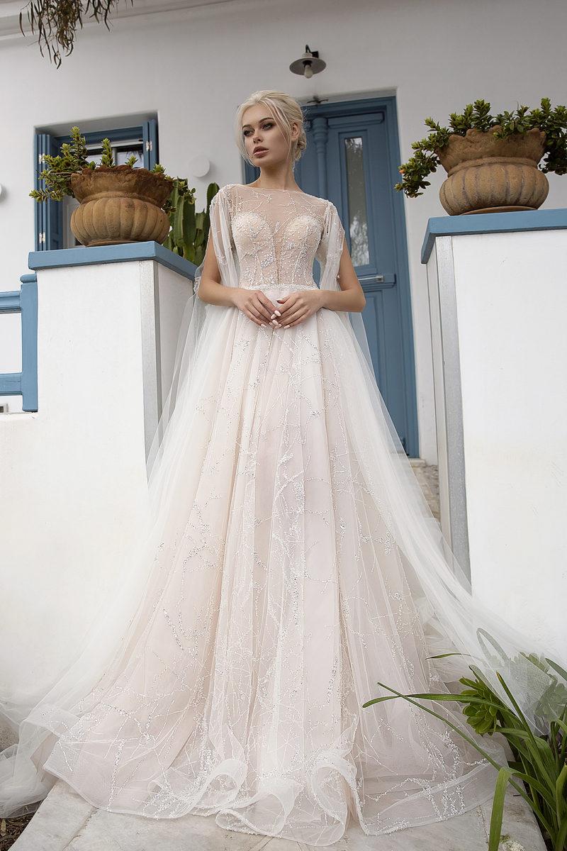 Свадебное платье со шлейфом и кейпом