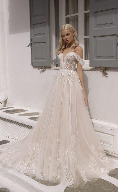 Свадебное платье ажурным декором