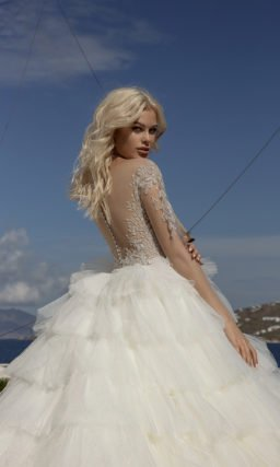 Свадебное платье с очень пышной юбкой