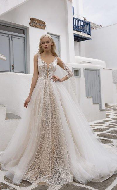 Свадебное платье с длинным прозрачным кейпом