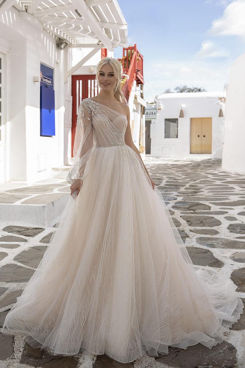 Пышное асимметричное свадебное платье