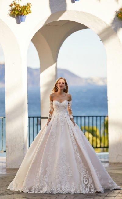 Платье со спущенными рукавами