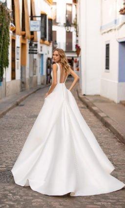 Атласное дизайнерское свадебное платье простое