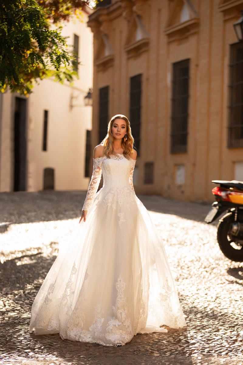 Свадебное платье с ажурным мерцающим декором
