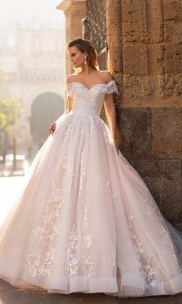 Свадебное розовое платье с открытыми плечами