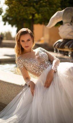 Блестящее свадебное платье с рукавами и стразами