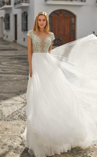 Свадебное платье расшитое стразами с короткими рукавами