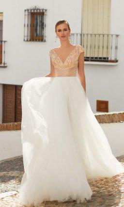 Свадебное платье с V-образным декольте