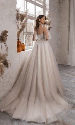 Cвадебное платье дополненное легкой накидкой