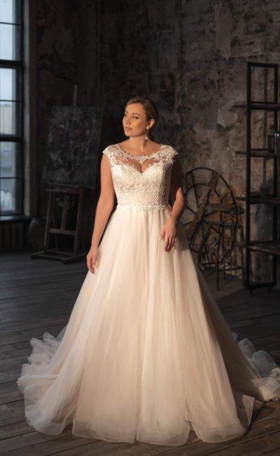 Свадебное большое платье с короткими рукавами