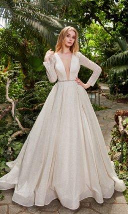 Свадебное платье с пышной юбкой в оттенке капучино