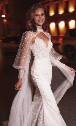 Свадебное платье с необычной накидкой