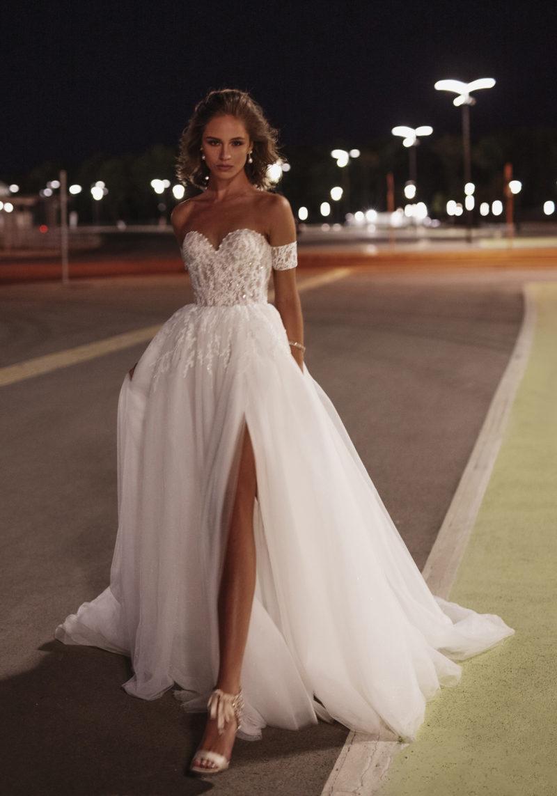 Cвадебное платье с высоким разрезом на шифоновой юбке