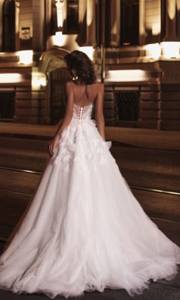 платье А-силуэта с открытыми плечами
