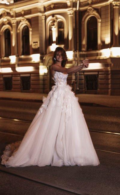 Cвадебное платье с открытыми плечами
