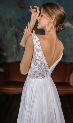 Свадебное платье с асимметричным декором лифа