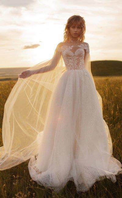 Пышное свадебное платье с прозрачной накидкой