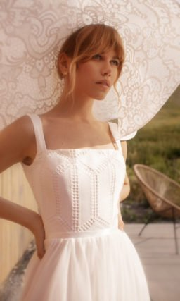 Cвадебное платье с высоким асимметричным разрезом
