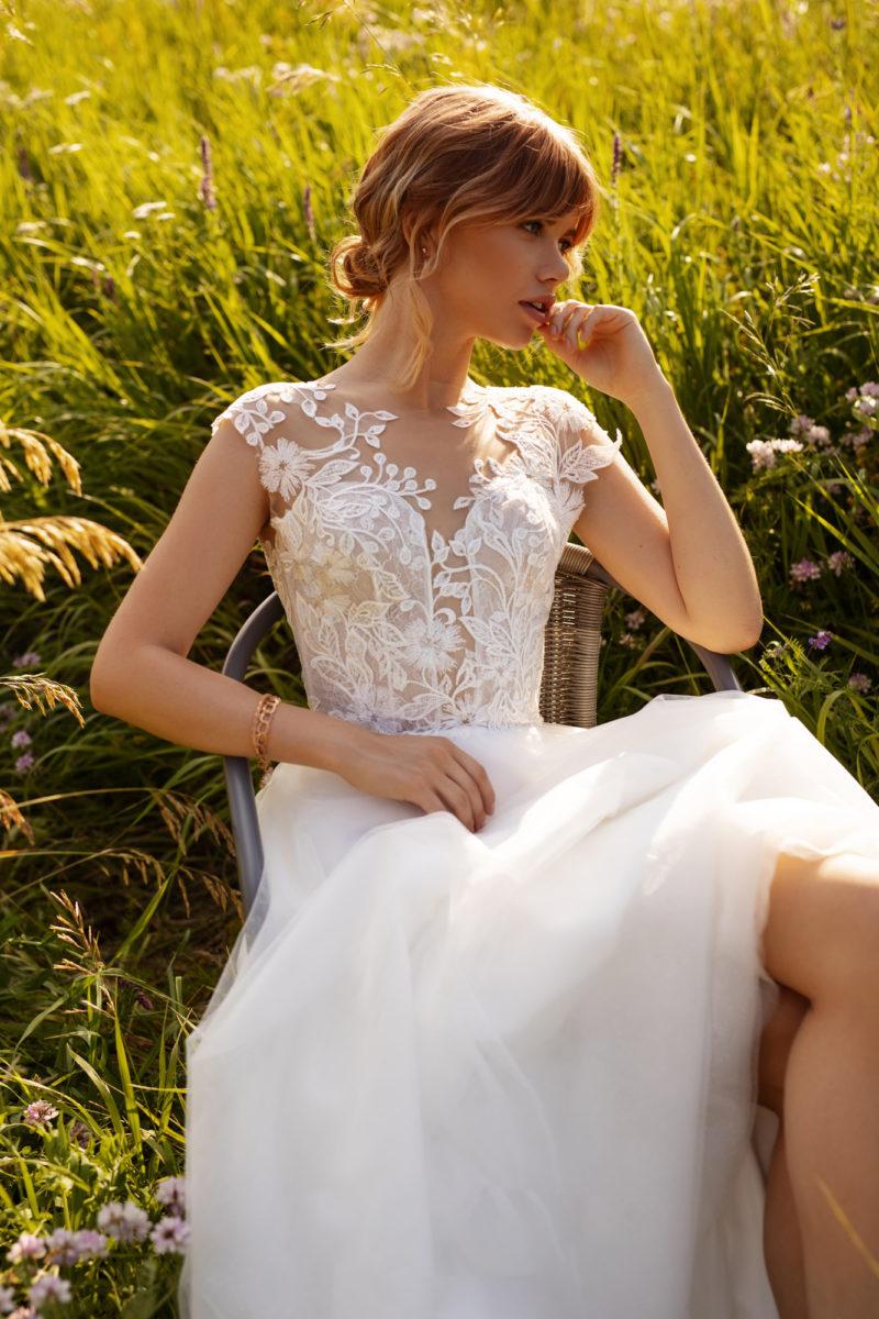 Cвадебное платье с многослойной фатиновой юбкой