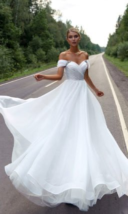 Открытое свадебное платье с корсетом