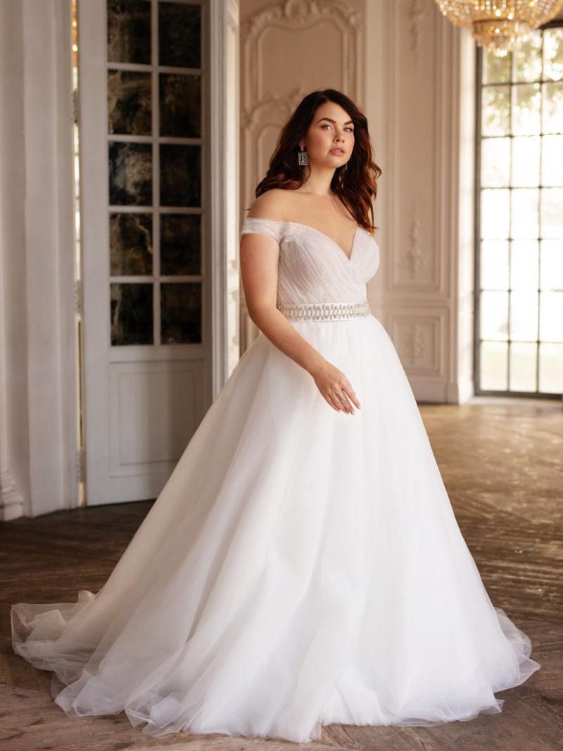 Свадебное платье с бретелями лежащими на руках