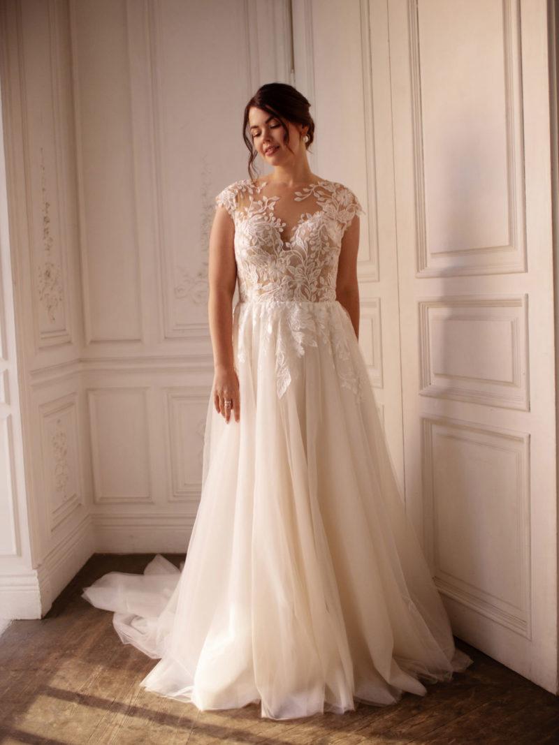 Свадебное платье с цветочными аппликациями