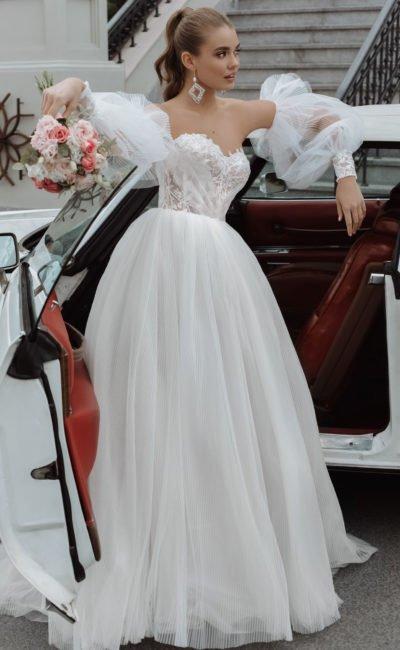 Пышное свадебное платье из шифона в тонкую полоску