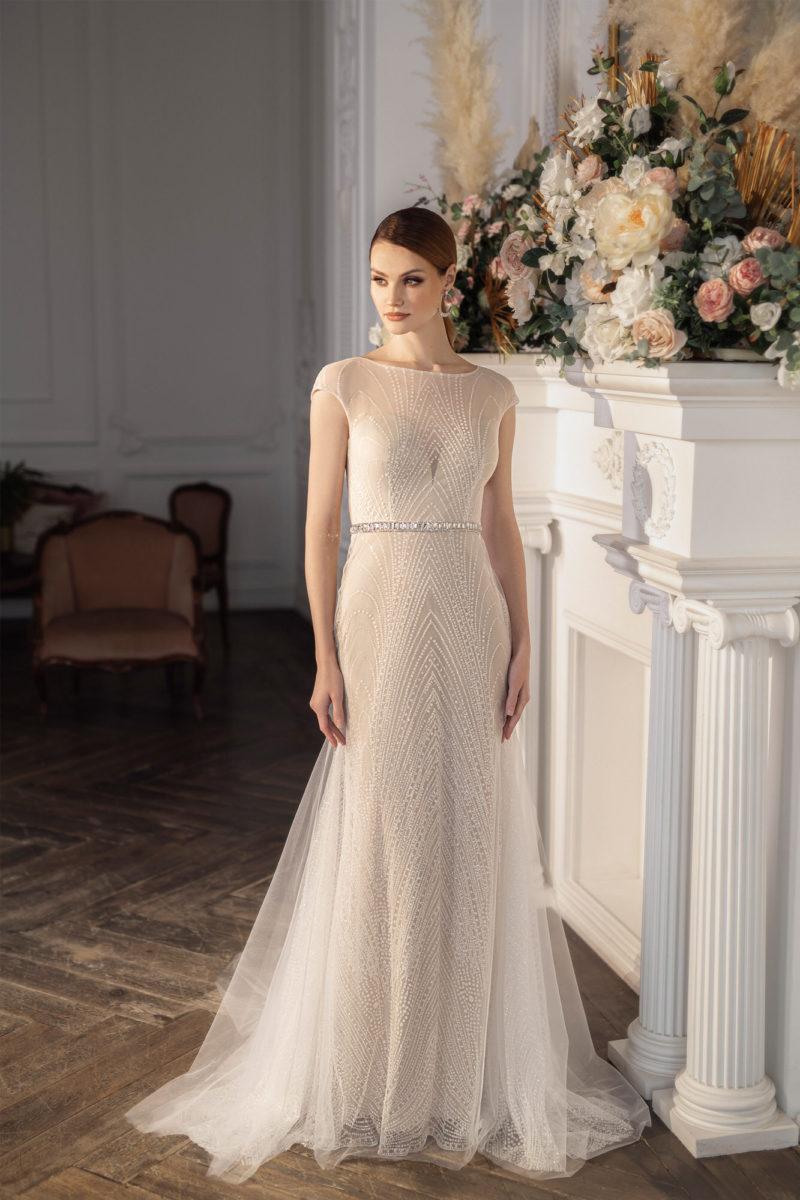 Cвадебное платье «русалка» состоит из узкого чехла цвета айвори и верхнего слоя