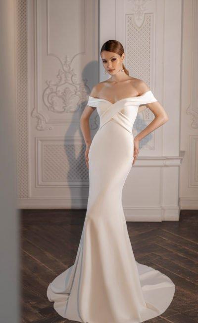 Свадебное платье из атласа с портретным декольте