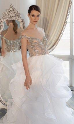 Свадебное платье с живописным рисунком крупных воланов на юбке