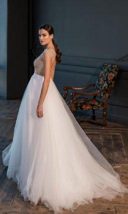 Свадебное платье А-силуэта с длинным шлейфом