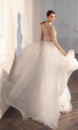 Свадебное платье с расклешенной многослойной белой юбкой