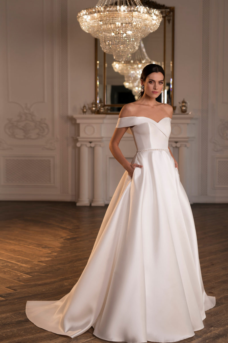 Атласное белое свадебное платье А-силуэта с карманами