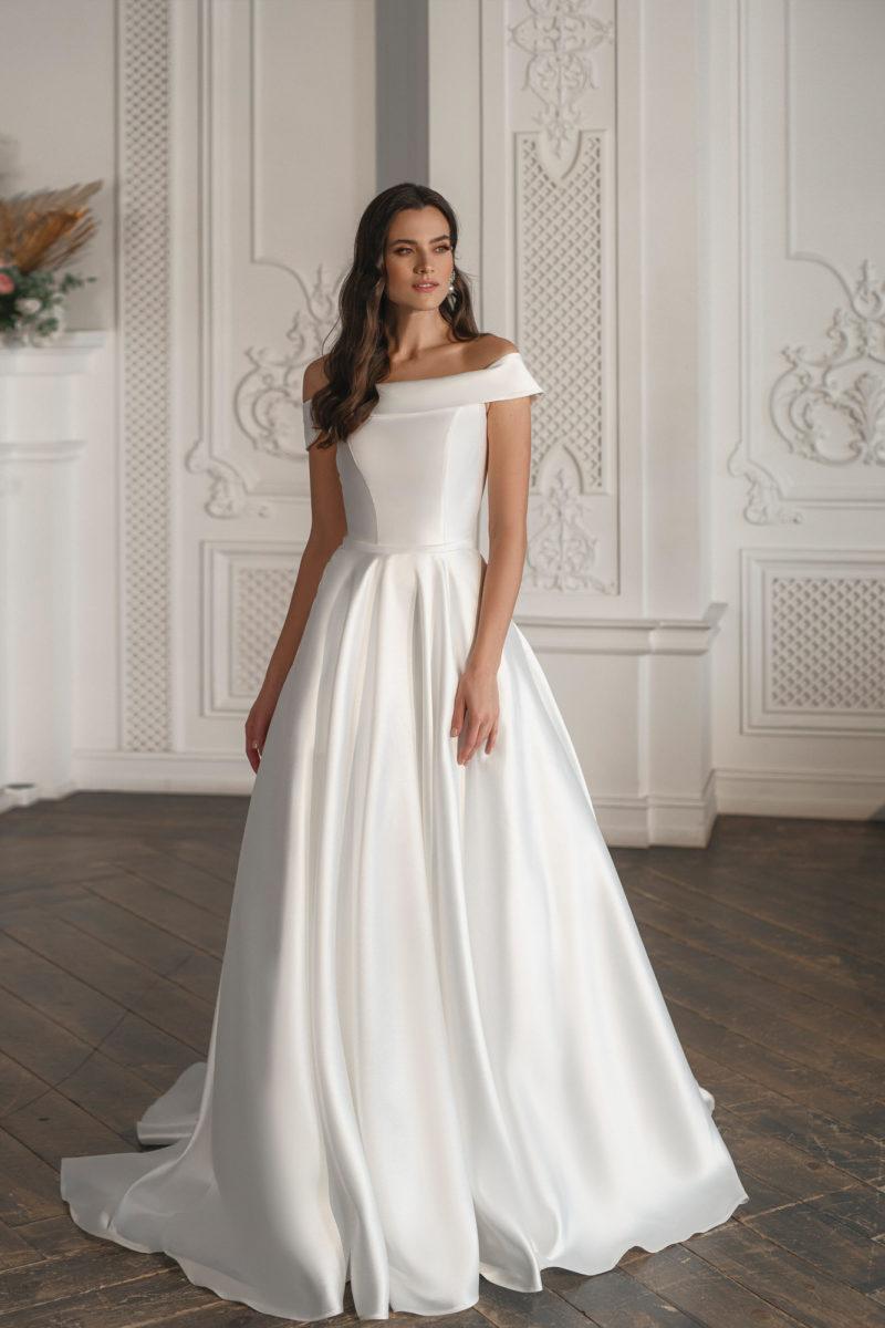 Минималистичное пышное свадебное платье из белого атласа