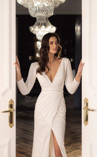 Свадебное платье прямого фасона с асимметричным кроем юбки