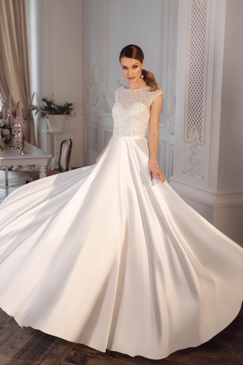 Свадебное платье с пышной расклешенной юбкой
