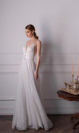 Свадебное платье прямого силуэта из сверкающей материи