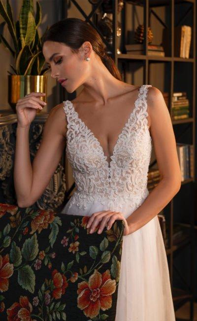 Свадебное платье с белоснежной многослойной расклешенной юбкой