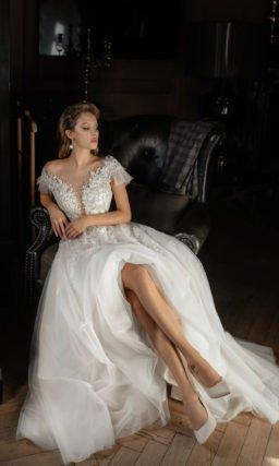 Свадебное платье с выразительным расколотым корсетным лифом