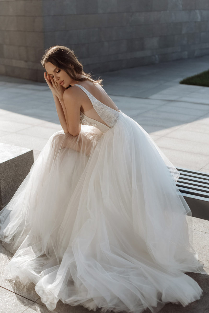 Свадебное платье с треугольными вырезами декольте и пройм
