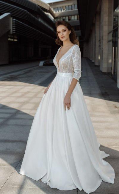 Свадебное платье А-силуэта с широкой атласной юбкой