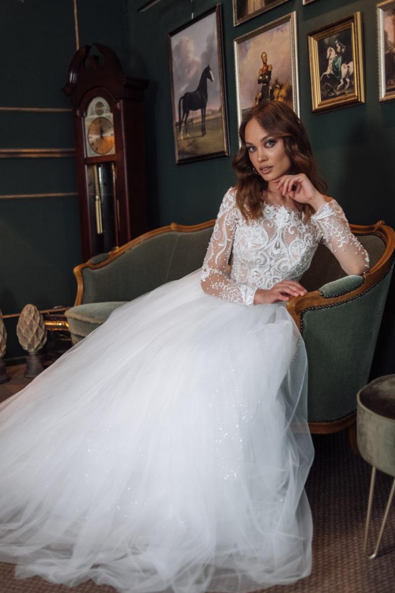 Свадебное платье с объемной многослойной юбкой