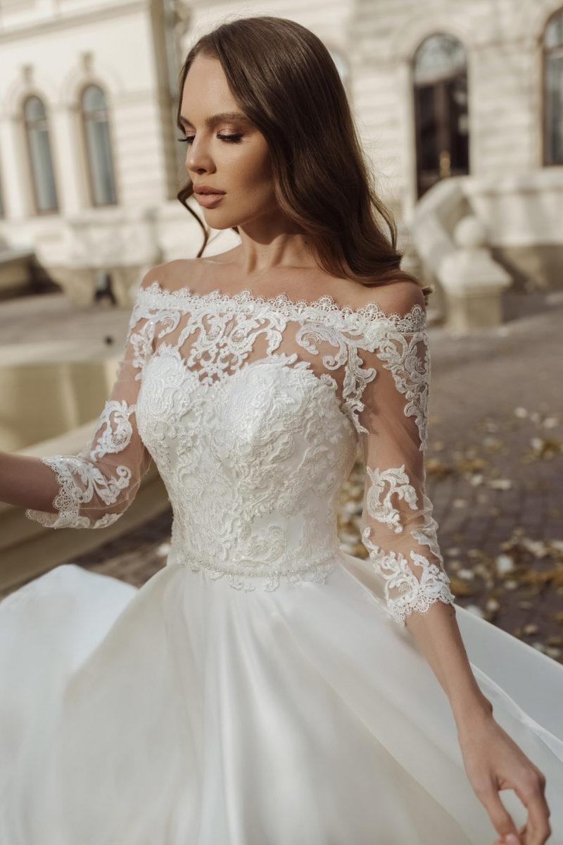 Свадебное платье с роскошной атласной юбкой