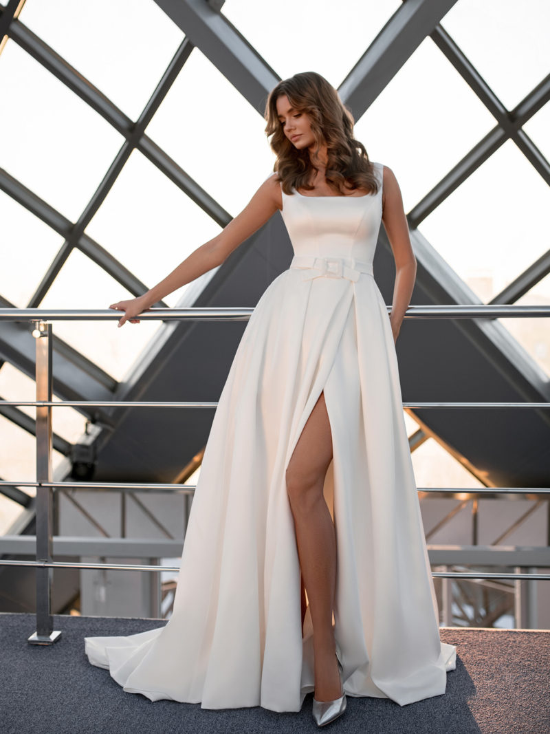 Свадебное платье из атласа с высоким разрезом