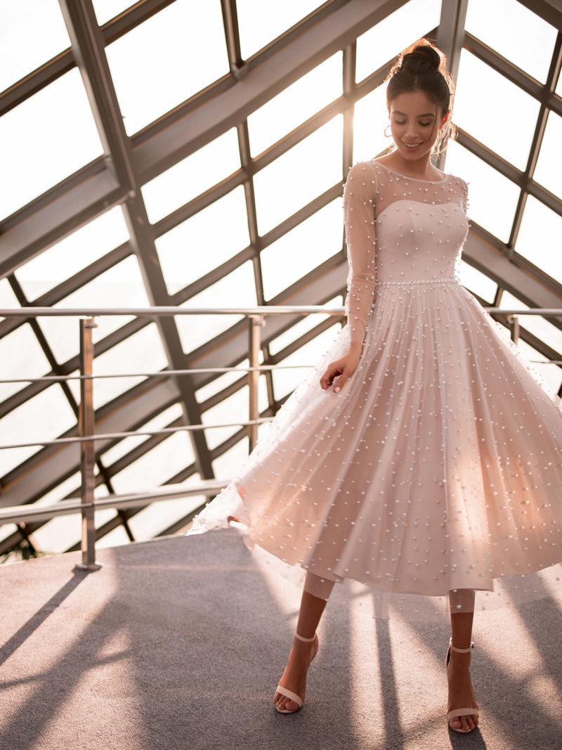 Короткое платье с расклешенной юбкой