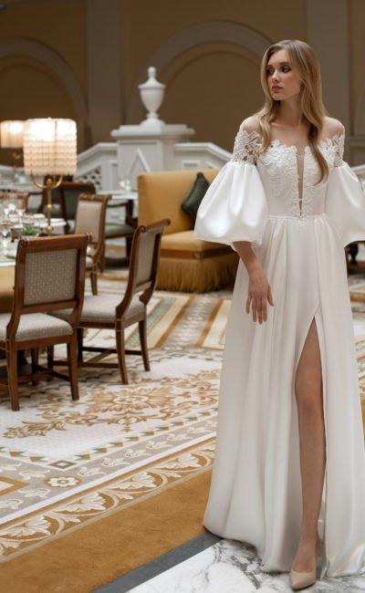 платье из белого атласа с пышными рукавами