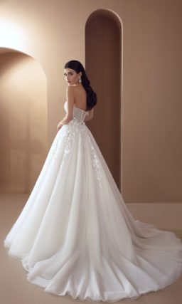 Свадебное платье с асимметричным верхом