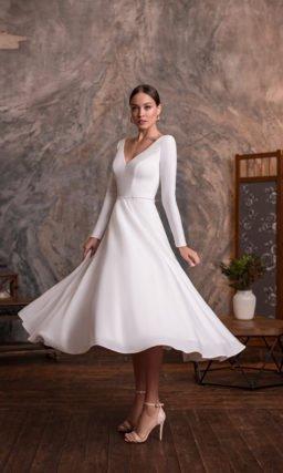 Короткое белое платье с длинным рукавом