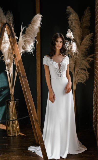 свадебное платье из атласа с элегантным шлейфом