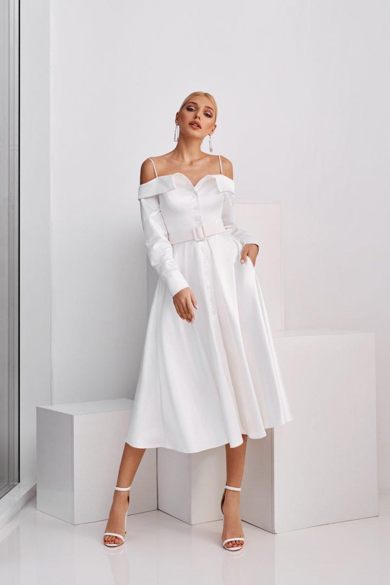 Короткое платье с необычным длинным рукавом